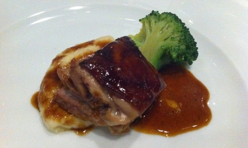 Slow cooked pig with purè and broccoli