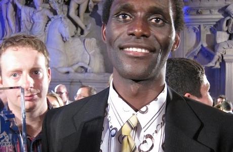 Il ritratto felice di Alì, il lavapiatti del Gambia al quale due anni fa le autorità inglese negarono il visto di ingresso. Alì si perse così la cerimonia dei 50 Best 2010, la prima vinta dal Noma