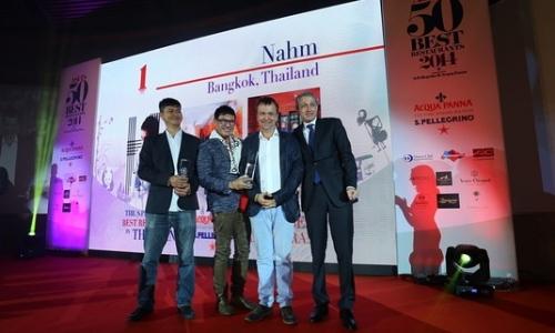 David Thompson (secondo da destra), chef del Nahm
