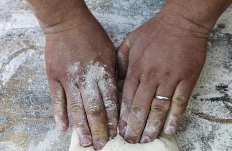 Le mani di Gabriele Bonci al lavoro