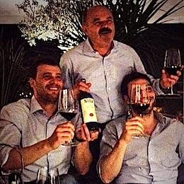 I Farinetti, il padre Oscar con i figli Francesco e Nicola, lunedì 26 maggio a Istanbul, hanno brindato all'eurovittoria elettorale di Matteo Renzi con Tignanello