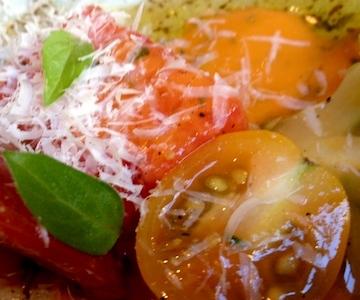Insalata di pomodori con emulsione di conserva di pomodori e olio d'oliva al brunch dell'Husk Restaurant. Quest'ultimo non arriva dall'Italia e nemmeno dal Mediterraneo, bensì dal Texas