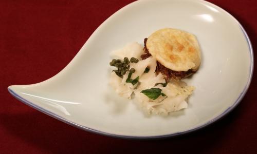 Uno dei piatti di Liu Peng Mars:Rou Jia Mo (panino di carne) al ragout d'asino, insalata di funghi, pepe di shichuan fresco e cialde di pasta e formaggio grana
