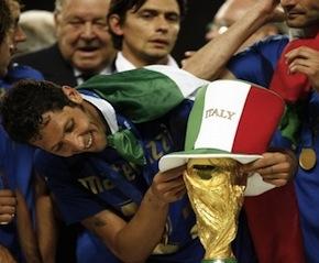 LA RISOLLEVEREMO? Materazzi con la Coppa nel 2006