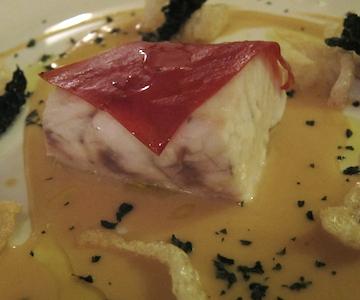 Steamed ombrina fish, red lentils, black cabbages, chicharrones, tomato leather, a dish byFabrizio Ferrari ofPorticciolo 1984in Lecco