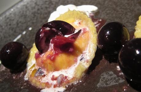 Il Raviolo di farina kamut ripieno di burrata andriese e pesto di olive leccine, primo piatto di Felice Sgarra all'Umami di Andria