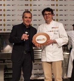 Alfredo Pratolongo di Heineken Italiapremia lo chef Fabio Barbaglinia Identità Milano 2012