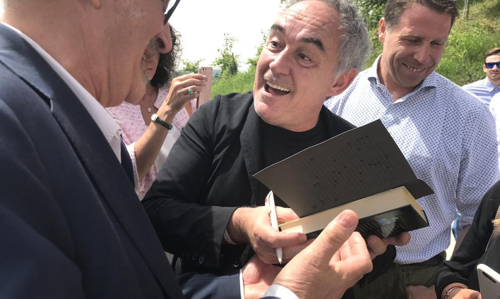 Ferran Adrià festeggiato al Castello di Grinzane Cavour; alla sua sinistra Terry Giacomello, ora chef del ristorante Inkiostro a Parma, per circa quattro anni al Bulli a Rosas, il celeberrimo locale dello chef catalano