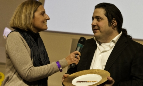 <p><b>Sara Peirone</b>, responsabile Top Gastronomy di <i>Lavazza</i>, premia <b>Gianluca Fusto</b></p>