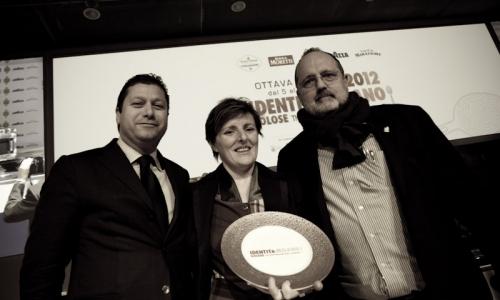 Alfredo Zini, deputy president of Fipe, awards Viviana Varese