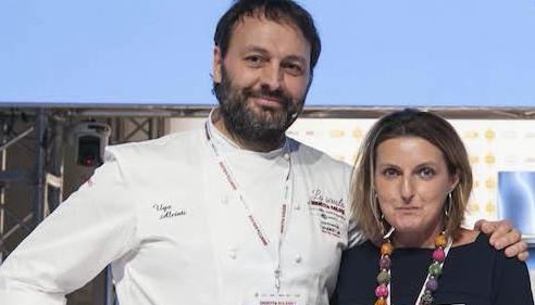 <p><strong>Ugo Alciati</strong>&nbsp;di&nbsp;<em>Guido </em>a Serralunga d&#39;Alba&nbsp;(Cuneo) &egrave; premiato da <strong>Sara Peirone</strong>, top gastronomy manager di&nbsp;<em>Lavazza</em>.</p>