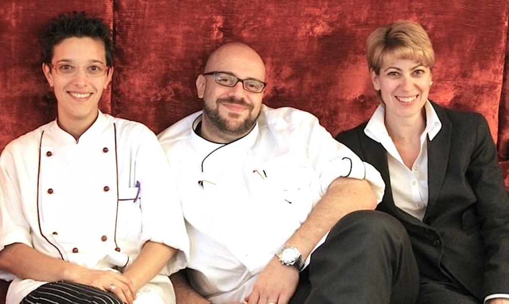 Andrea Alfieri e Samantha Serafini, marito e moglie posano con, a sinistra, Roberta Zulian, sous-chef da 17 anni dello stesso Alfieri