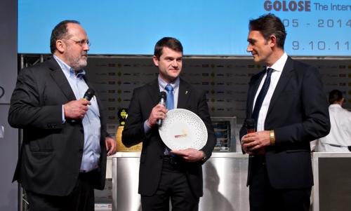 <p><i>Premio creativit&agrave; in cucina</i> a <b>Enrico Bartolini</b>, chef del <i>Devero</i> a Cavenago di Brianza (Monza-Brianza), premiato da <b>Piero Gabrieli</b><b> </b>di <i>Molino Quaglia</i>. Con loro <b>Paolo Marchi</b> </p>
