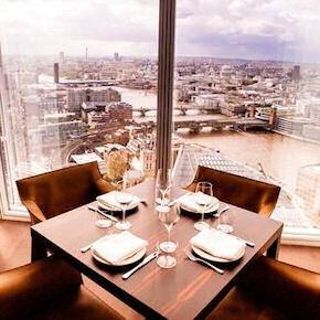 La splendida vista che si gode dai tavoli dell'Oblix, al trentaduesimo piano del The Shard, il grattacielo più alto d'Europa
