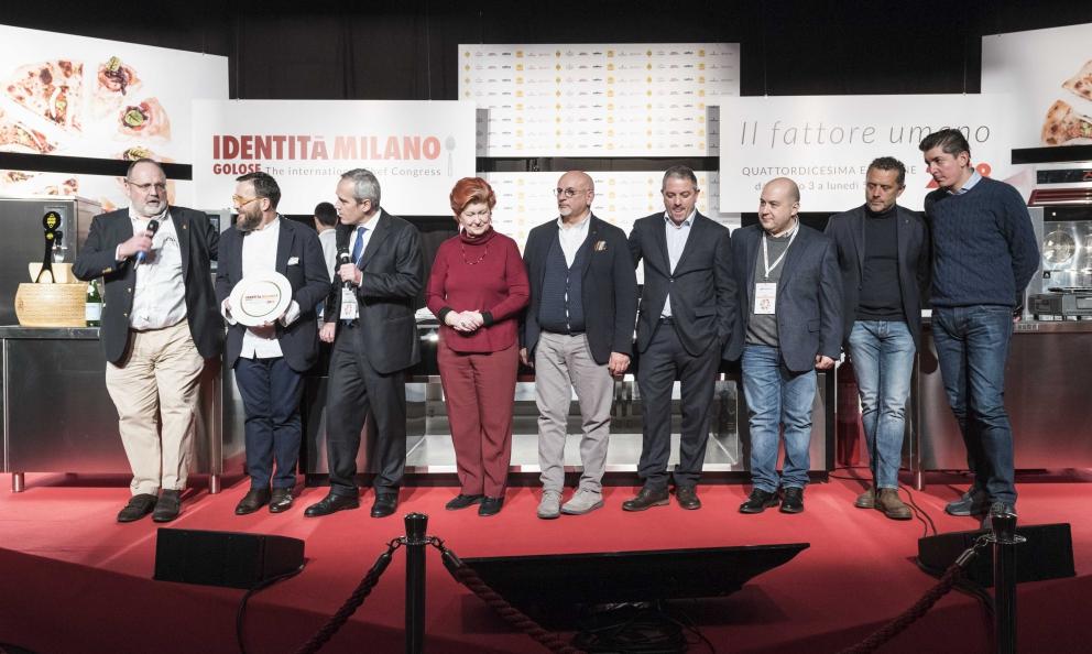 Giancarlo Morelli (seconda da sinistra) ritira il premio Birra in Cucina da Alfredo Pratolongo, PresidenteFondazione Birra Moretti. Nella foto alcuni degli chefgiurati del Premio Birra Moretti Grand Cru