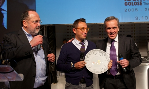 <p>Premio <i>Birra in Cucina</i> a <b>Stefano Ciotti </b>dell'<i>Urbino Resort</i> a Urbino. Con lui <b>Alfredo Pratolongo</b>, direttore Comunicazione a Affari istituzionali di <i>Heineken Italia</i>, e a sinistra <b>Paolo Marchi</b><i><br /> </i></p>