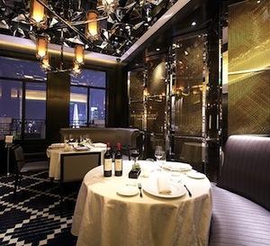 La sala del ristorante 8½ Otto e Mezzo Bombana di Shanghai, con vista entusiasmante sulla skyline cittadina