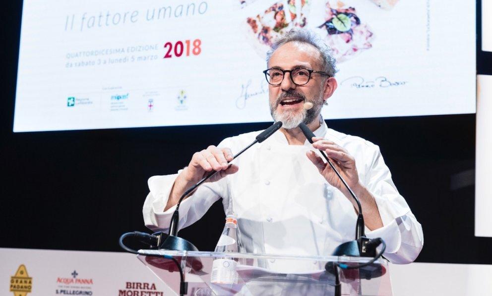 Massimo Bottura in una immagine di Brambilla-Serrani sul palco di Identità Golose 2018. Nessun altro chef italiano ha portato nel futuro le nostre tradizioni
