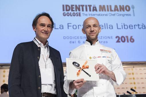 <p><strong>Riccardo Camanini&nbsp;</strong>del&nbsp;<em>Lido 84</em>&nbsp;di Gardone Riviera (Brescia), stringe tra le mani il premio&nbsp;Creativit&agrave; in cucina. A consegnarglielo,&nbsp;<strong>Piero Gabrieli&nbsp;</strong>di&nbsp;<em>Molino Quaglia</em>.</p>