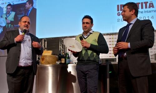 <p>Il presidente dell'<i>Ente bilaterale nazionale del turismo</i> e vicepresidente di<i> Fipe</i> <b>Alfredo Zini </b>consegna il premio <i>Identit&agrave; Vincenti a Milano</i> a <b>Daniel Canzian</b>, chef e patron del ristorante <i>Daniel</i> a Milano. Con loro <b>Paolo Marchi</b></p>