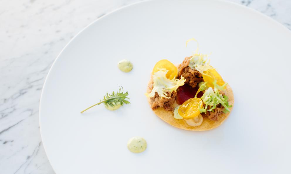 Caponatina di manzetta dei laghi, salsa verde e scarolina: la ricetta estiva di Luciano Bifulco