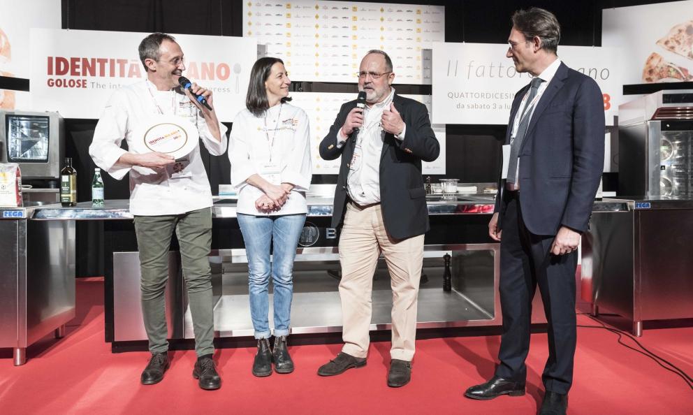Lello Ravagnan con la moglie Pina Toscani premiato daPiero GabrielidiMolino Quaglia