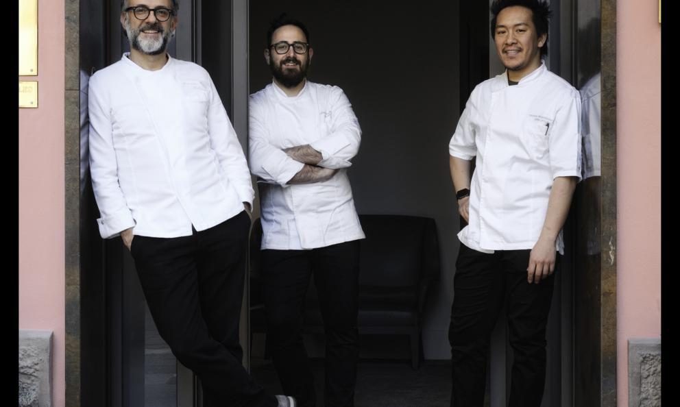 Davide Di Fabio e Takahiko Kondo, sous chef di Massimo Bottura al ristorante Osteria Francescana di Modena, premiato da Elena Bacchini Direttore Marketing Surgital