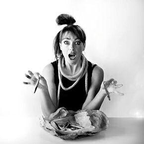 In questa immagine la chef Deborah Corsi è immortalata insieme a uno dei suoi ingredienti preferiti: il pesce azzurro (le acciughe, in particolare)