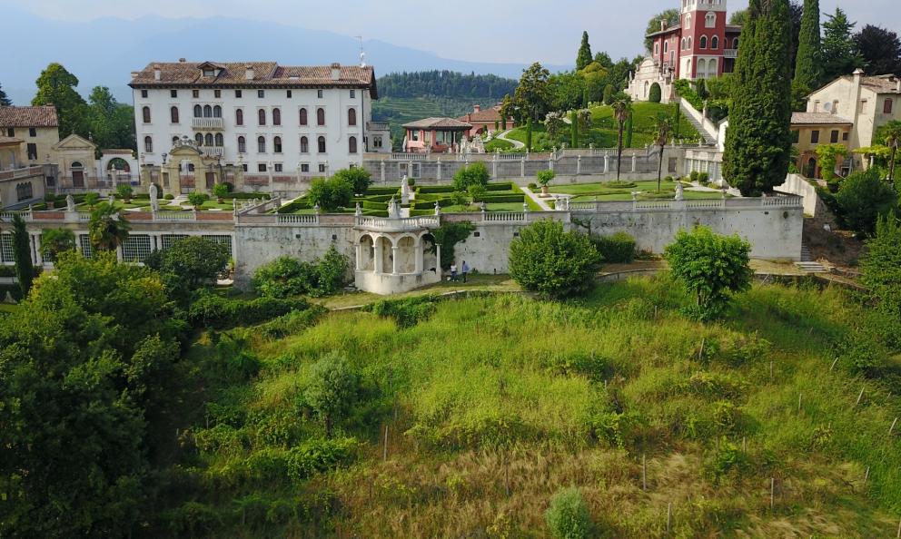 """E' conosciuta come """"Villa degli Armeni� e si trova ad Asolo (Treviso): la fece costruire la nobile famiglia Contarini, alla fine del 1600, che possedeva questi terreni. Dove oggi un'altra famiglia, giudata da Armando Serena, conduce la propria ricerca vitivinicola"""