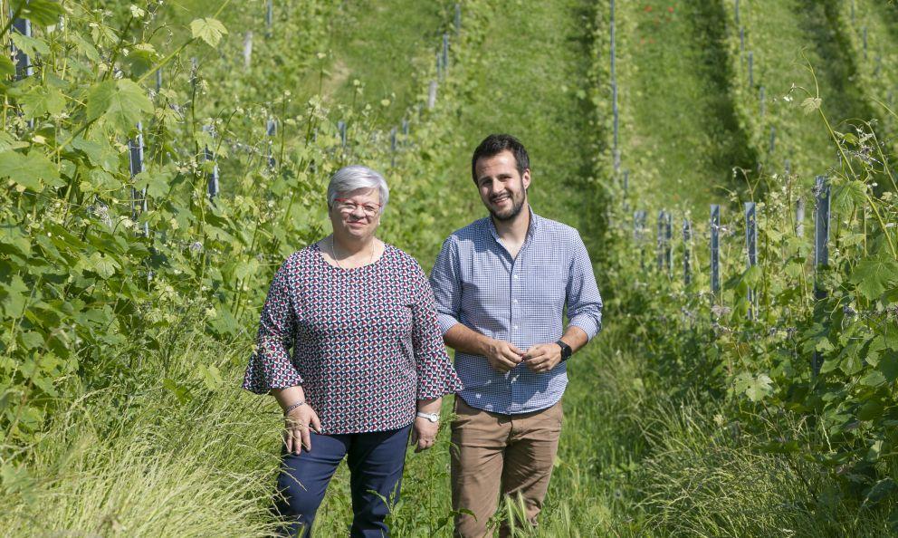 La titolare Giuliana Viberti con l'enologo Oscar Arrivabene nelle vigne della Domenico Clerico di Monforte