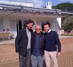 Carlo Cracco in visita alla cantina di Morgenster con il proprietario Giulio Bertrand (al centro)
