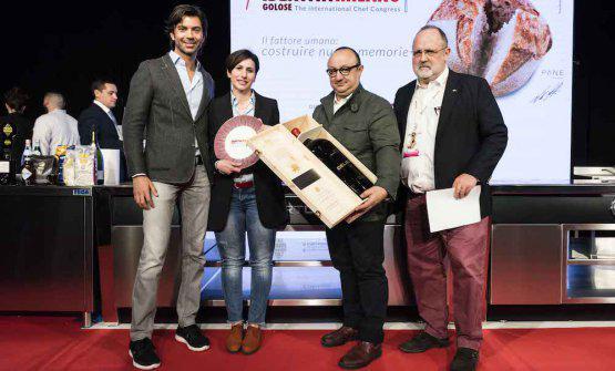 Francesco Zonin,executive vicepresidente diZonin, premia come Artigiano del Gusto Ciccio Sultanodel ristoranteDuomoa Ragusa