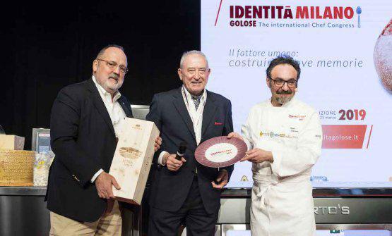 Vittorio Moretti, presidente diTerra Moretti, premiaPaolo Loprioredel ristoranteIl Porticoad Appiano Gentile (Como) come Cuoco dell'Anno