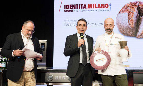 Enrico Berto, presidente diBerto's, consegna a Niko Romitodel ristoranteReale Casadonnaa Castel di Sangro (L'Aquila)il premio Identità Nuove Sfide
