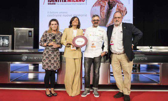 Sara Peirone, Top Gastronomy manager diLavazza,premiaMauro Uliassidel ristoranteUliassia Senigallia (Ancona)col premio Tpicità in Cucina