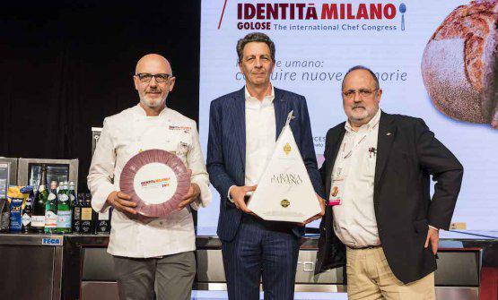 Cesare Baldrighi, presidente delConsorzio Tutela Grana Padano,premiaFranco Pepe,delPepe in Grania Caiazzo (Caserta) per il Piatto dell'Anno