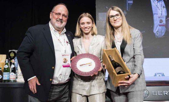 Romina Castelletti, responsabile Marketing diGuido Berlucchi,consegna a Isabella Potìdel ristoranteBros'a Lecceil premio Identità Donna
