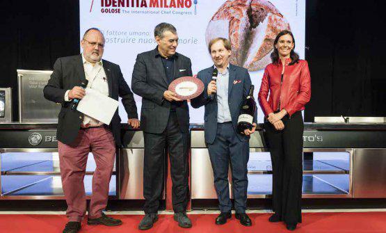 Camilla Lunelli, responsabile Comunicazione e Relazioni esterne diCantine Ferrari, consegna il premio Identità di Sala ad Alessandro Troccoli, del ristoranteCracco in Galleriaa Milano