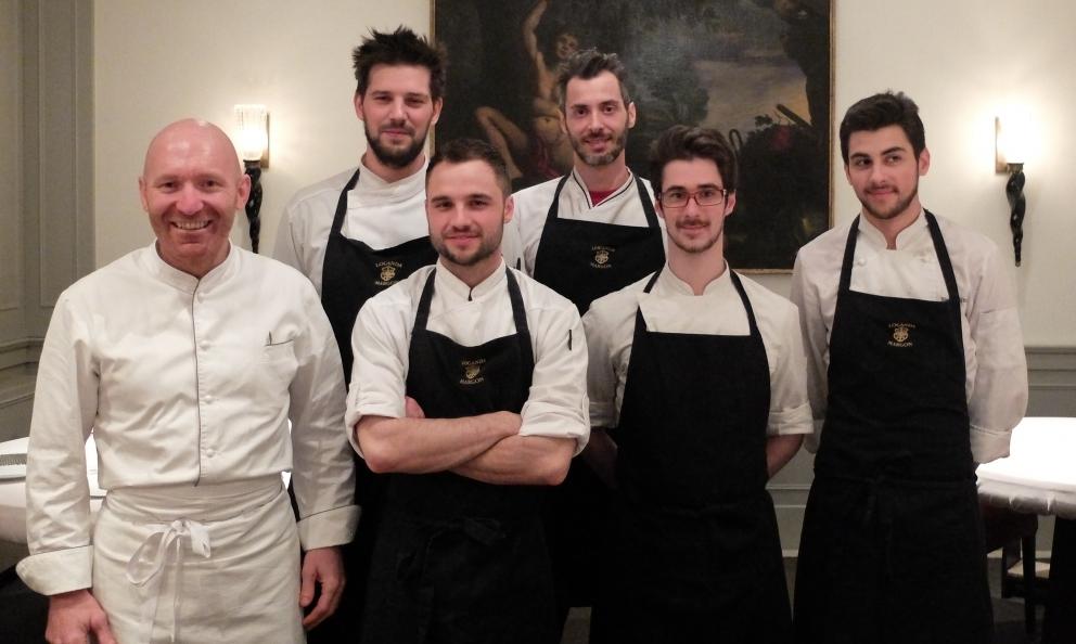 Alfio Ghezzi e giovane brigata: da sinistra Roberto Burba, sous chef e pastry chef, 32 anni; Gualtiero Tait, 25; Angelo Balia, 33; Lorenzo Talarico,20; Riccardo Pesce, 20 (foto Tanio Liotta)