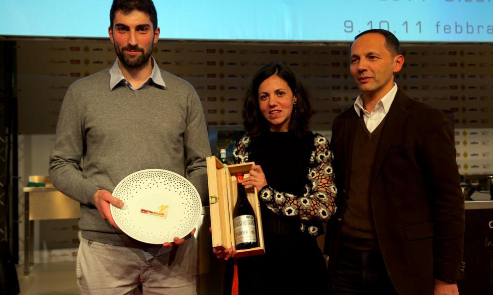 <p><b>Roberto Bruno</b>, direttore commerciale della cantina di <i>Fontanafredda</i>, premia <b>Riccardo Gaspari </b>e <b>Ludovica Rubbini </b>di <i>El Brite de Larieto</i> a Cortina d'Ampezzo (Belluno). A loro il titolo di <i>Artigiani del Gusto 2014</i></p>