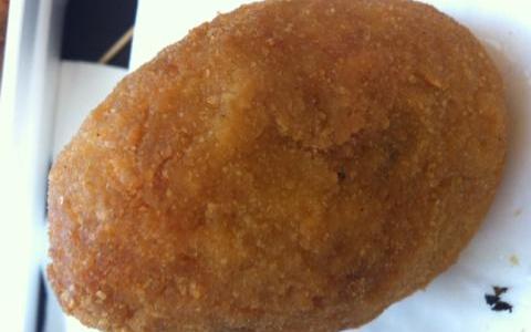 L'arancino messinese è dclinato al maschile: contiene ragù, piselli e mozzarella