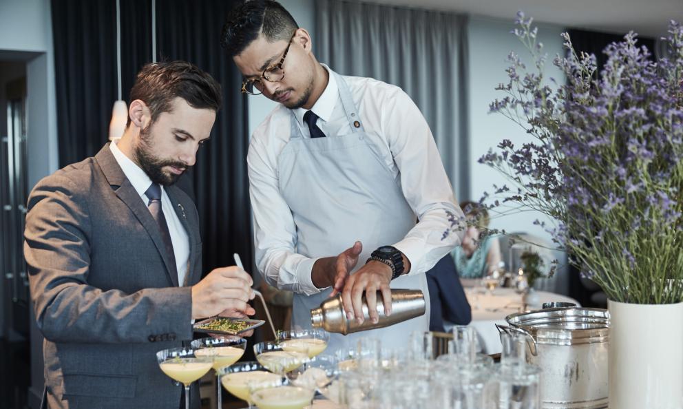 A sinistra, Mattia Spedicato, assistant restaurant manager e sommelier di Geranium di Copenhagen, primo e unico ristorante con 3 stelle Michelin di Danimarca
