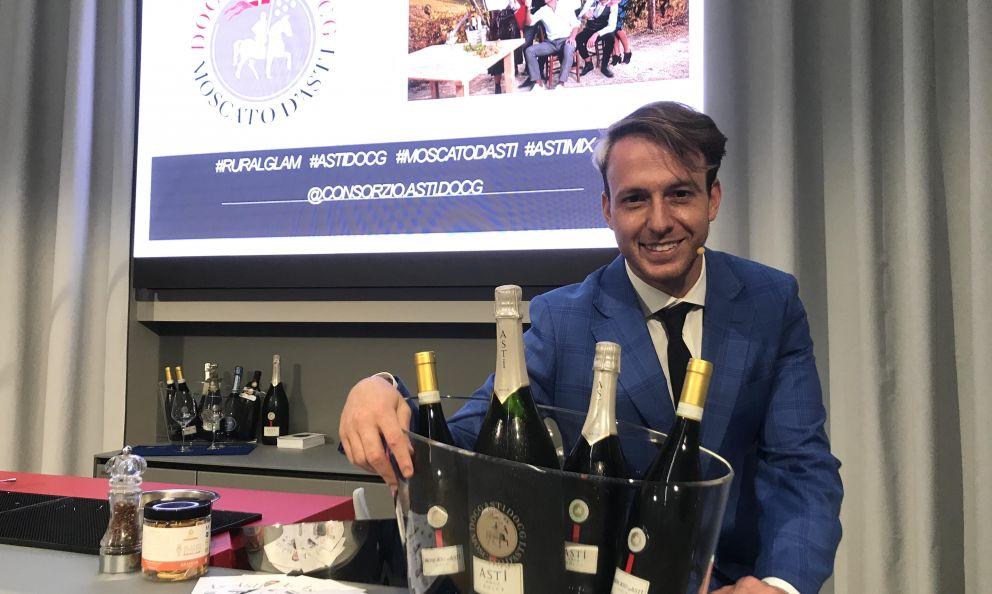 Giorgio Facchinetti, flair bartender & bar specialist, presenta a Identità Golose Milanotre cocktail per introdurre l'uso di Asti e Moscato d'Asti Docg nella mixology rivelandone la grande versatilità