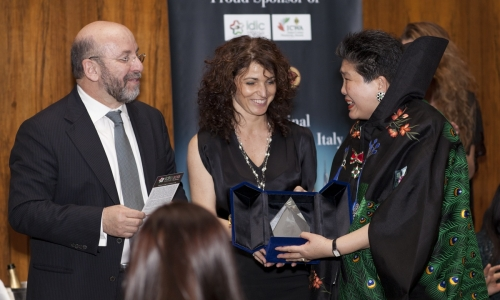 Elisabetta Serraiotto, Communication and Marketing Manager del Consorzio di Tutale del Grana Padano, consegna il premio a Tara Tan Kitaoka alla cena di gala al Four Seasons di New York
