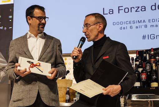 <p>Il&nbsp;Cuoco dell&#39;anno&nbsp;&egrave;&nbsp;<strong>Antonio Guida</strong>, del ristorante&nbsp;<em>Seta del Mandarin Oriental</em>&nbsp;di Milano. Ha premiato&nbsp;<strong>Fabio Nard</strong>,&nbsp;direttore vendite Italia&nbsp;<em>Gruppo Italiano Vini</em>.</p>