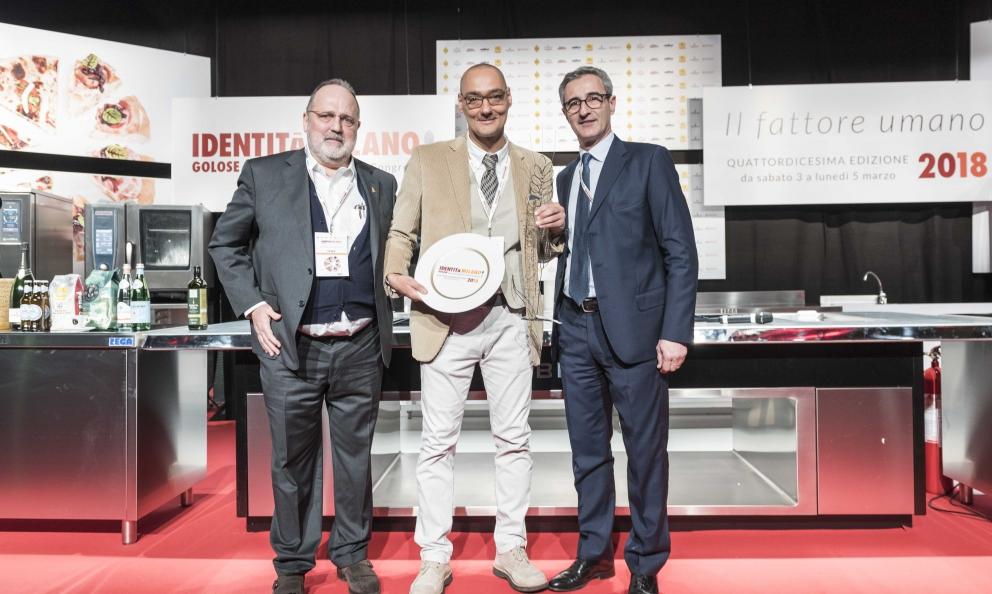 Simone Salvini riceve il premio Identità Naturali. A consegnarlo Riccardo Felicetti socio Alce Nero