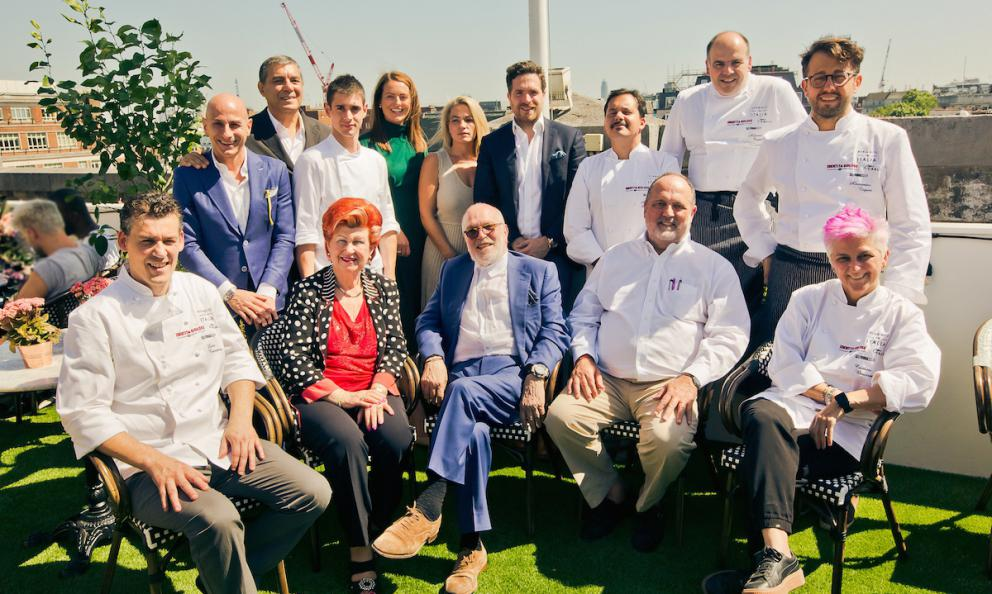A souvenir photo after the lunch that livened up Alto, the restaurant on the top floor of Selfridges in London, on June 27th. In the middle, to the left of Annie Feolde, Carlo Distefano, owner of Alto. Originally from Ragusa, in Sicily, he now directs San Carlo, a group with dozens of restaurants across England and 1200 employees. Photo credits Paul Read