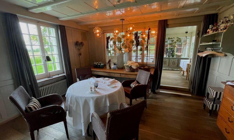 Il ristorante Sonne Scheunenberg, 1 Stella Michelin, si trova nel cuore del Canton Berna, nella località di Wengi. Dal 2002,Iris e Kurt Mösching, padrona di casa lei,chef in carica lui, ne sono diventate i proprietari, le anime del luogo