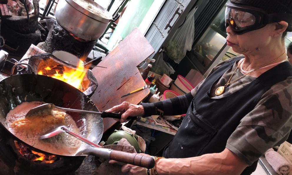 Jay Fai, 72 anni, la signora del wok di Bangkok, Tailandia. Il suo ristorante ominimo èuna delle 4 nuove insegne nella Guida ai ristoranti d'Italia, Europa e Mondo diIdentità Golose(foto Zanatta)