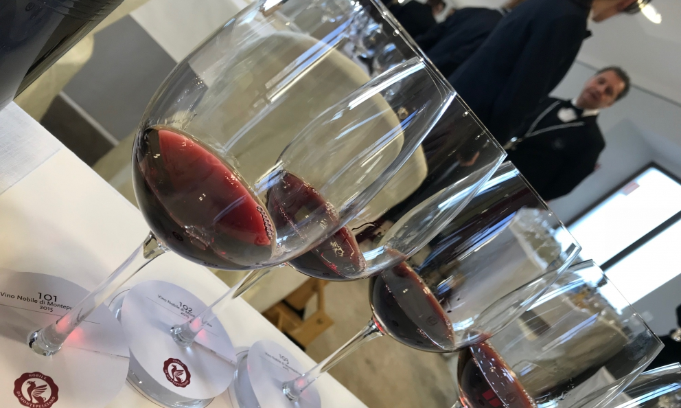 Le degustazioni alla cieca delle varie annate in anteprima del Vino Nobile di Montepulciano